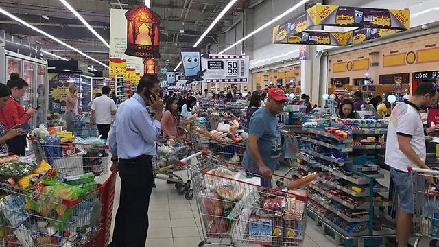 בהלת קניות בקטאר, חוששים שהאספקה תגמר (צילום: AP)