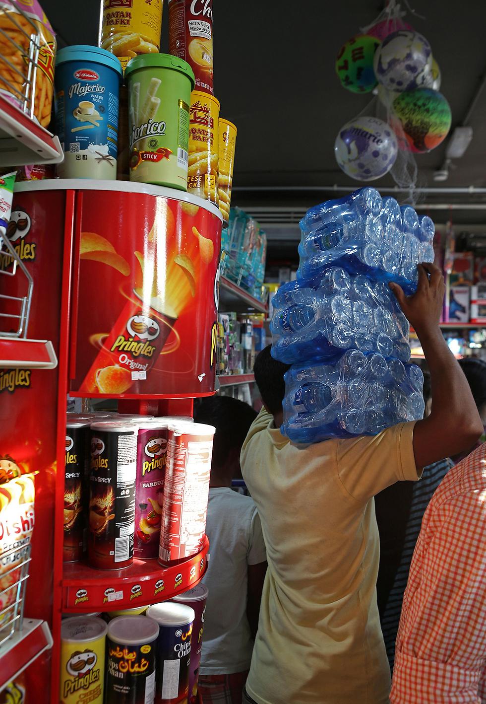 אוגרים מזון בקטאר (צילום: AFP)