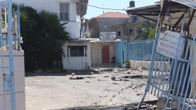 הרס בתחנת המשטרה בכפר קאסם (צילום: מוטי קמחי) (צילום: מוטי קמחי)
