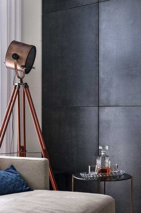 מנורה עומדת ושולחן קפה דק רגליים יוצרים פינה מרשימה בסלון (צילום: עודד סמדר)