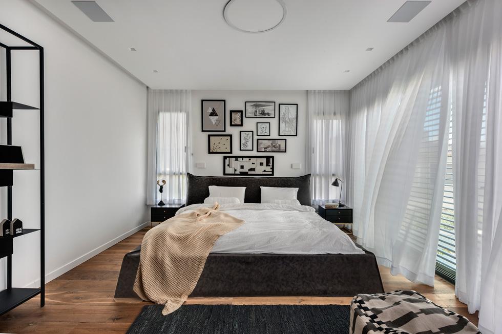 חדר השינה של ההורים עוצב על פי בקשתם של בני הזוג להרגיש כמו במלון בוטיק (צילום: עודד סמדר)