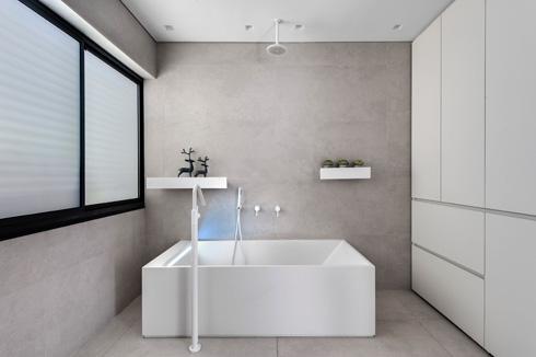 חדר הרחצה של הבנות: אמבטיית פרי סטנדינג מקוריאן  עם ברז חיצוני עומד (צילום: עודד סמדר)