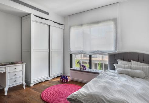 רצפת עץ אלון בחדרי הבנות, רהיטים נקיים ובהירים עם נגיעות של אפור וצבעוניות משתנה שמגיעה מהאביזרים ומהטקסטיל (צילום: עודד סמדר)