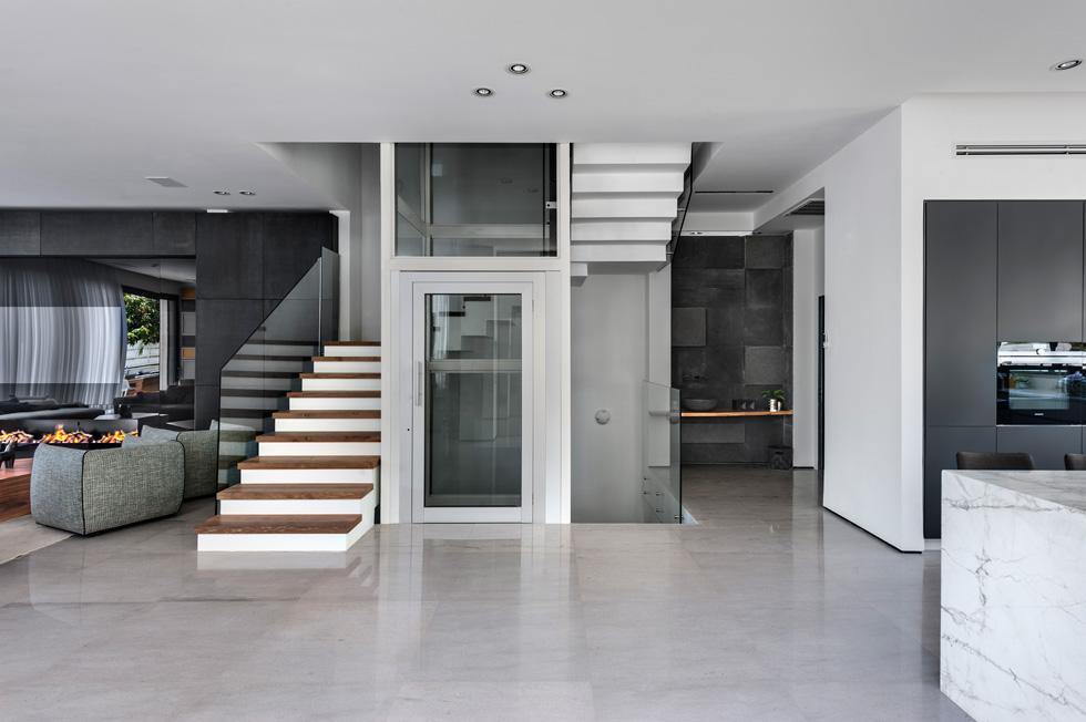 גרם מדרגות וגם מעלית מובילים אל הקומה השנייה. מימין: הפינה המושקעת לנטילת ידיים (צילום: עודד סמדר)