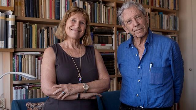 עוז עם בתו, הסופרת וההיסטוריונית פניה עוז-זלצברג (צילום: יובל חן) (צילום: יובל חן)