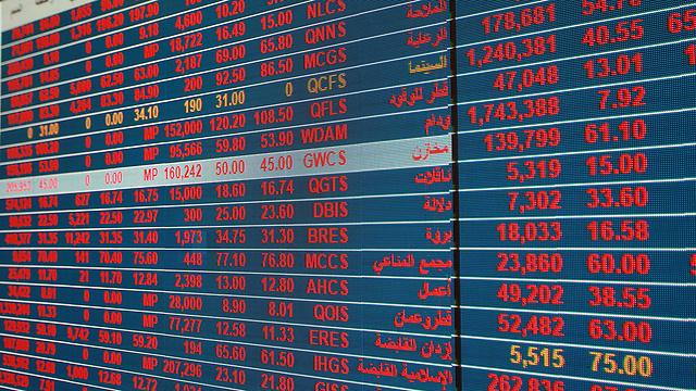 מסכים אדומים בבורסה של קטאר (צילום: רויטרס)
