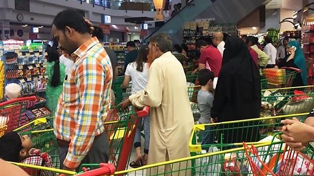 אזרחי קטאר אוגרים מזון  (צילום: AP)