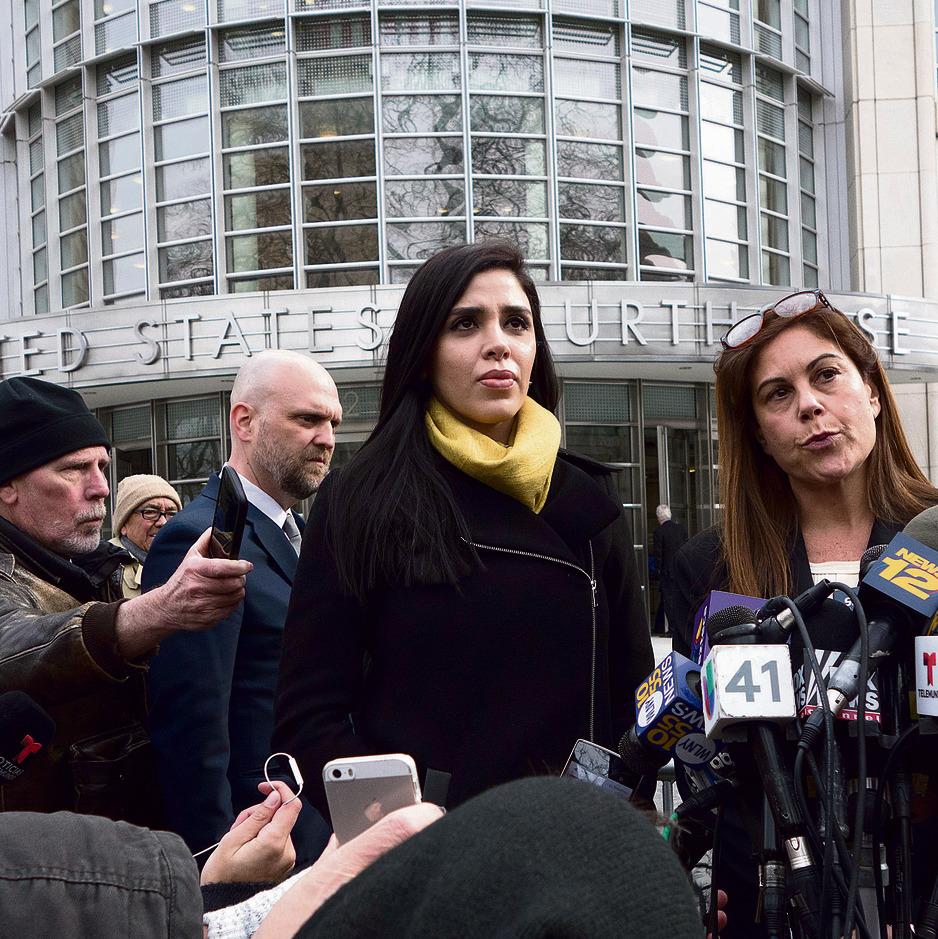 """האישה, אמה קורונל איספרו (במרכז, בצעיף צהוב), יוצאת מדיון בבית המשפט בניו־יורק. """"אל צ'אפו הוא אשף ביחסי ציבור והוא שולח אותה לתקשורת"""""""