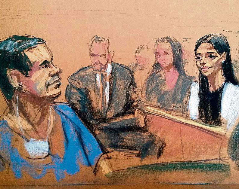 אל צ'אפו מביט באשתו בדיון בבית המשפט שנערך ב־5 במאי