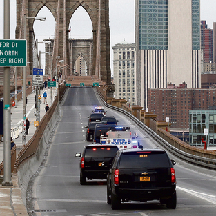 שיירת האבטחה המלווה את אל צ'אפו למשפט, על גשר ברוקלין שנסגר לתנועה