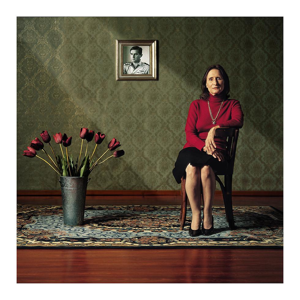 יעל דיין, 2003. על הקיר צילום של בעלה דב שיאון (צילום: ורדי כהנא)