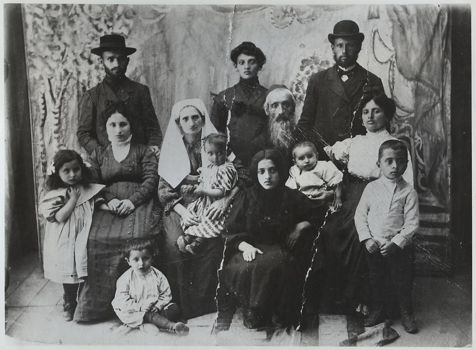 משפחת חיה ואברהם דיין. אוקראינה, 1909 (מתוך אלבום המשפחה)
