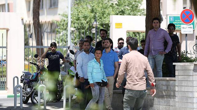 קהל מתאסף מחוץ לפרלמנט (צילום: רויטרס) (צילום: רויטרס)