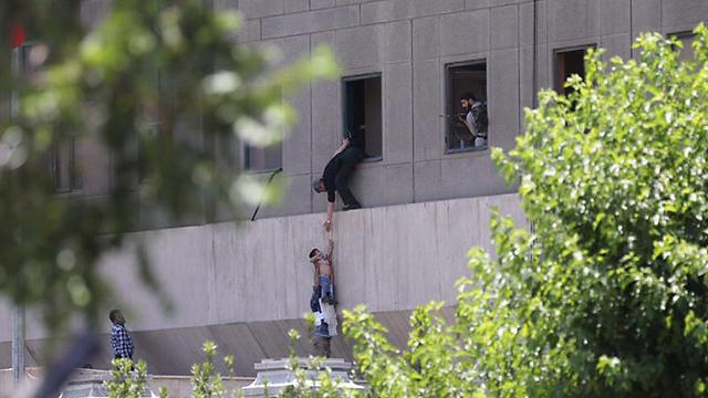 מנסים לצאת מבניין הפרלמנט (צילום: EPA) (צילום: EPA)