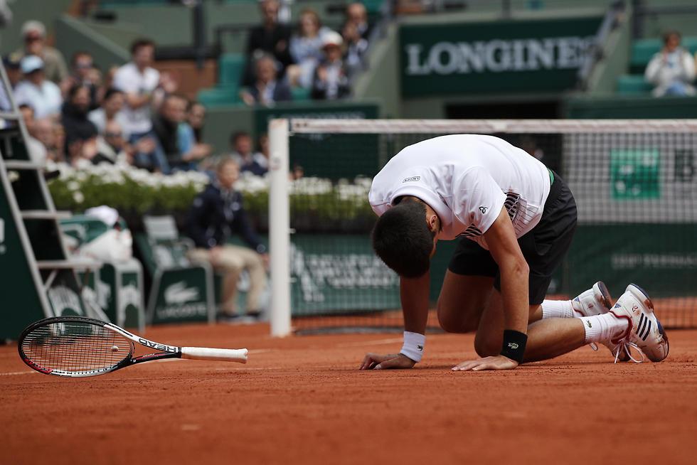 קרס אל תוך עצמו. ג'וקוביץ' ברולאן גארוס בשנה שעברה (צילום: AP) (צילום: AP)