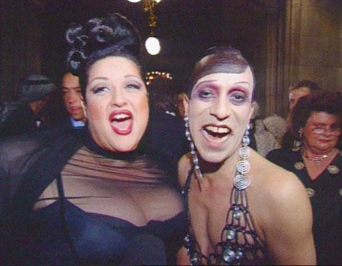 אירוע ה-Life Ball הראשון ב-1993: סטלה אליס עמר עם הפרפורמר הגאה ג'ואי אריאס (צילום: מתוך tvthek.orf.at)