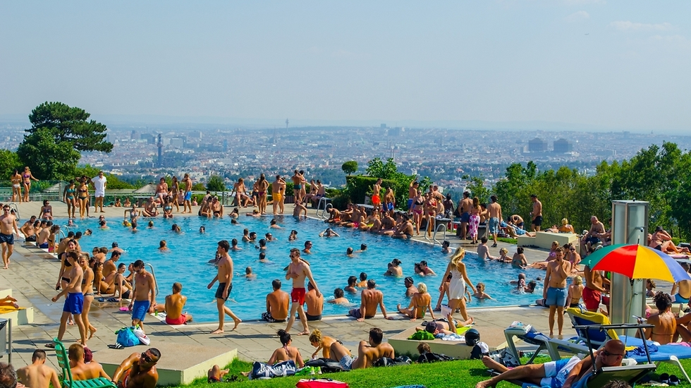 לשבת ביום חמים בבריכה ולהשקיף על ההרים והעיר (SHUTTERSTOCK)
