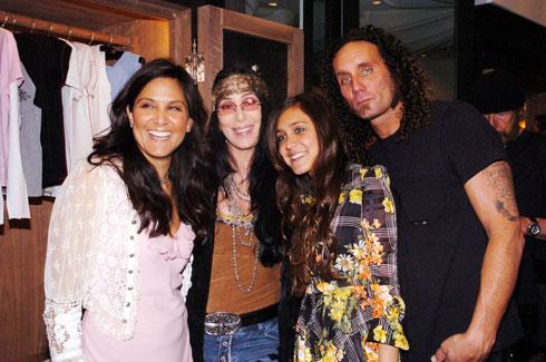 בשנת 2004: סטארק עם הוריה והזמרת שר (צילום: Gettyimages)