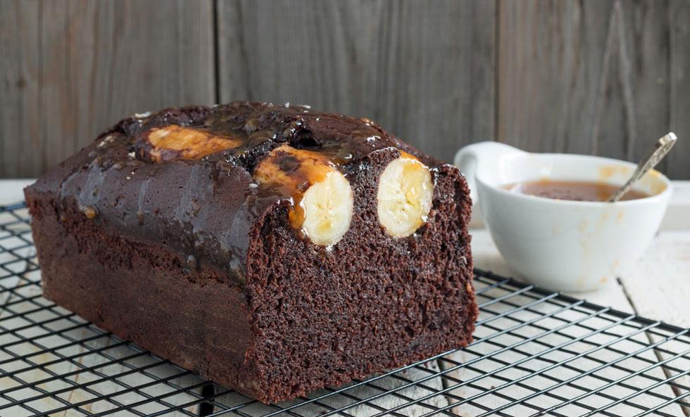 עוגת שוקולד-בננה בחושה בתוספת רוטב קרמל מלוח (צילום: אולגה טוכשר)