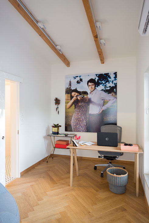 חדר העבודה הנפרד, שבו בולט צילום גדול של יורם קופרמינץ (צילום: שי אפשטיין)