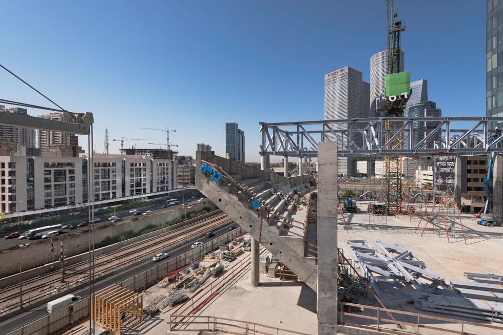 הטריבונה במזרח האולם משתפלת מעל נתיבי איילון, בקטע שבין מחלף ארלוזורוב (רכבת מרכז) למחלף השלום (צילום: ליאור גרונדמן)