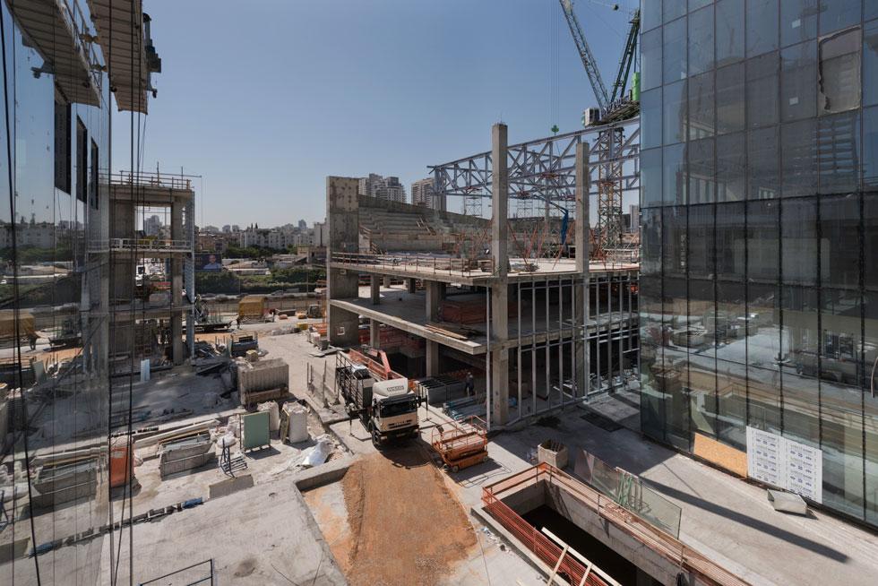 אתר הבנייה, השבוע. כשני שלישים מהמבנה התלת-קומתי יוקדשו לאולם בן 480 מושבים, והשאר יוקדש למסחר ולפנאי (צילום: ליאור גרונדמן)
