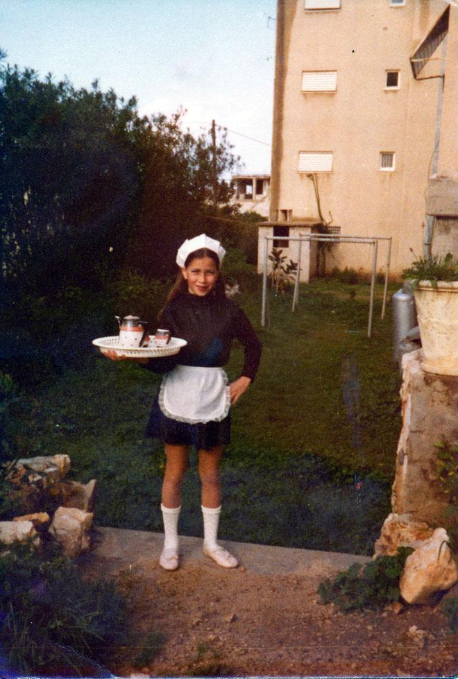 """בילדותה בנהריה. """"טיפחתי חלום להיות שף קונדיטורית בפריז"""" (צילום: מתוך אלבום פרטי)"""