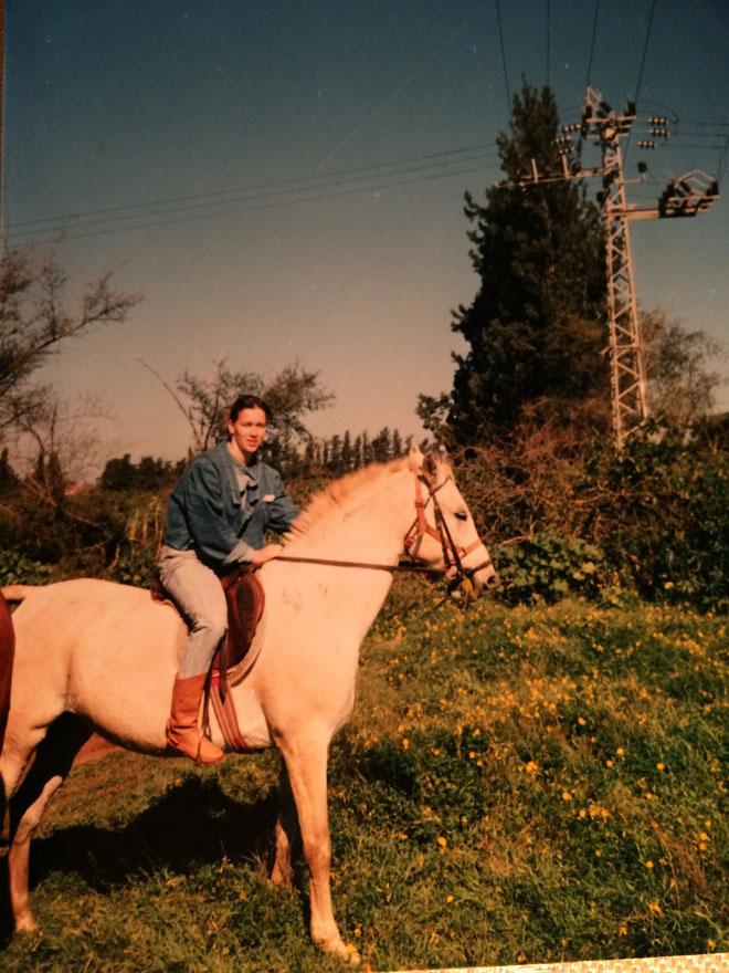 """בנעוריה. """"מגיל צעיר הייתי סוג של טום בוי - ספורטאית מושבעת, אהבתי טבע ורכבתי על סוסים"""" (צילום: מתוך אלבום פרטי)"""
