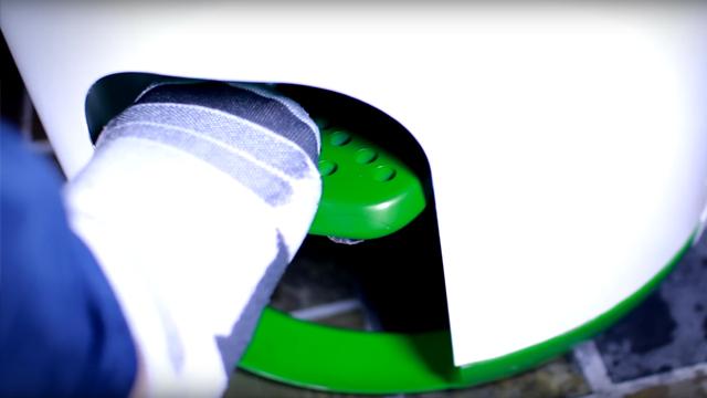 ולוחצים על הדוושה כדי לכבס (מתוך סרטון יוטיוב) (מתוך סרטון יוטיוב)