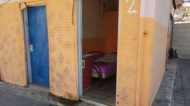 חדרים של נשים בזנות באזור התחנה המרכזית בתל אביב (צילום: אסף קמר)