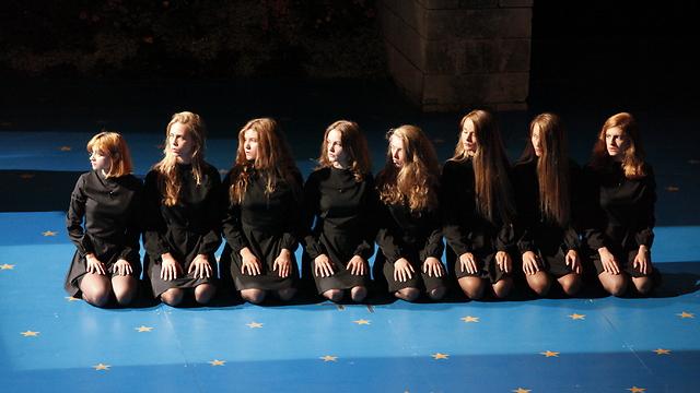 המופע עמוס במונולוגים סוערים  (צילום: Luca del pia)