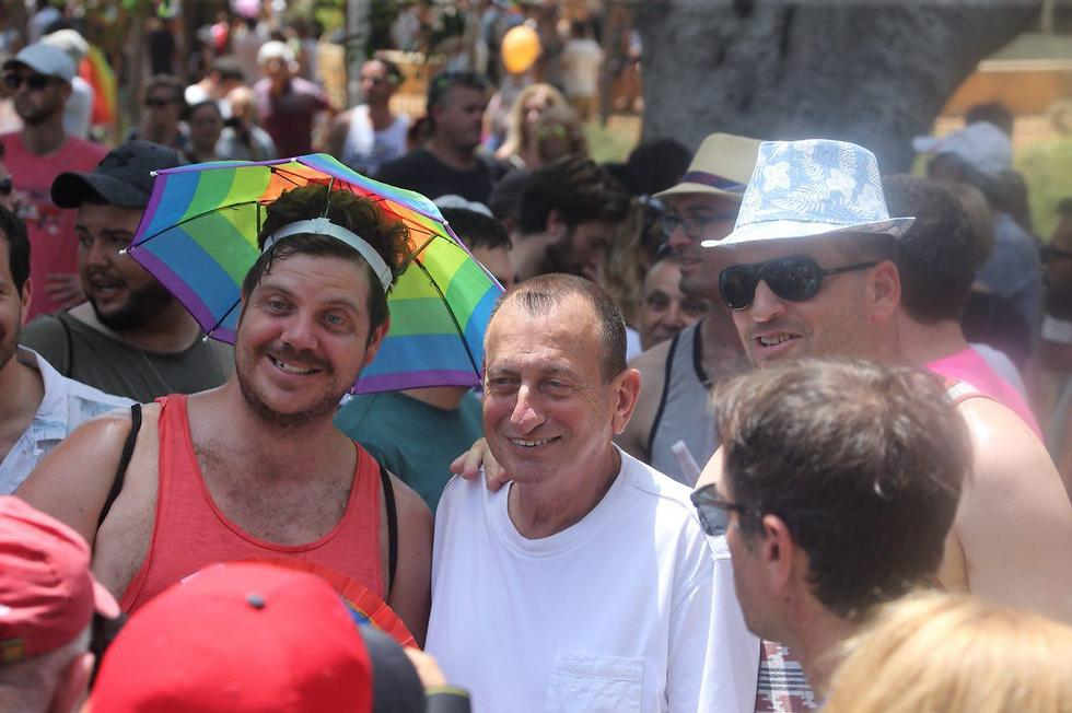 Tel Aviv Mayor Ron Huldai, center, with parade attendees (Photo: Motti Kimchi)