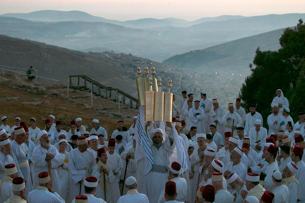 שומרונים מתפללים בהר גריזים, ישראל (צילום: AFP)