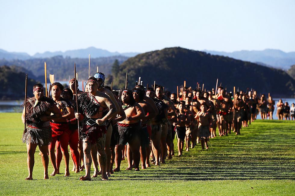 """לוחמים מאורים מברכים את קבוצת הרוגבי """"האריות הבריטים והאירים המאורים"""" בווייטאנגי, ניו זילנד (צילום: gettyimages)"""