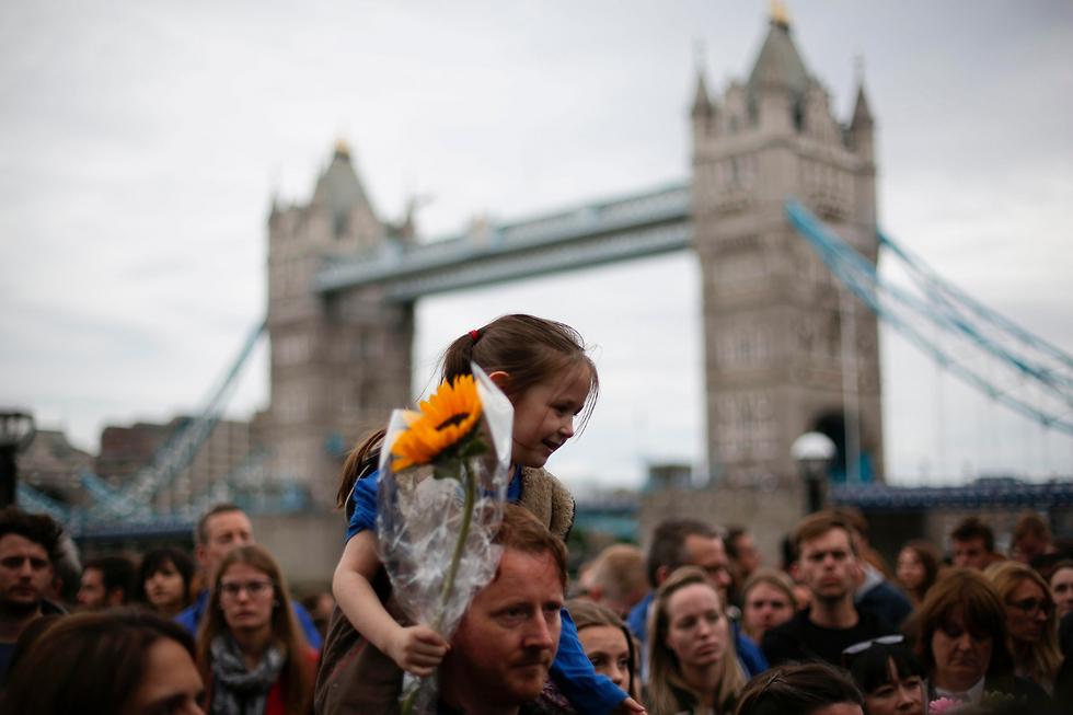 עצרת זיכרון בפארק פוטרס פילדס בלונדון להרוגי מתקפת הטרור בגשר לונדון ובבורו מרקט (צילום: AFP)