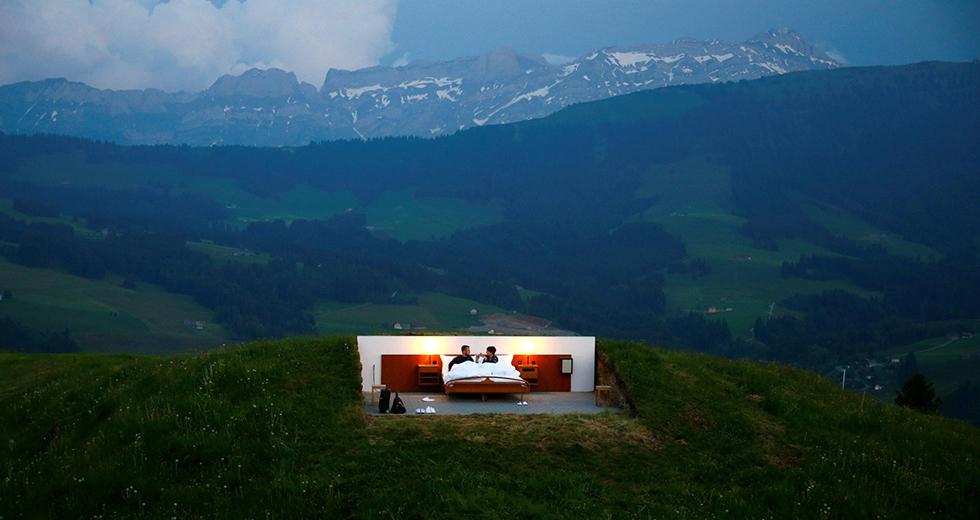 יצירת אמנות של האמנים השווייצרים פרנק ופטריק ריקלין: חדר שינה ללא קירות במלון 0 כוכבים בהרי האלפים השווייצריים  (צילום: רויטרס)