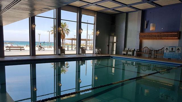 הבריכה לא נגישה לנכים: הבריכה המקורה במלון (צילום: אסף קמר) (צילום: אסף קמר)