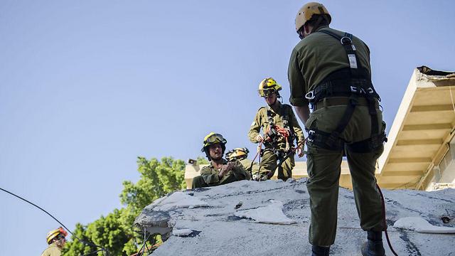 """כוחות פיקוד העורף מתרגלים חילוץ מאתר הריסות. ארכיון  (צילום: דובר צה""""ל)"""