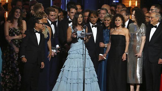 """אנשי """"Dear Evan Hansen"""" מקבלים את הפרס  (צילום: AP) (צילום: AP)"""