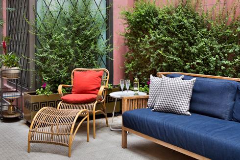 פינת ישיבה קטנה בחצר (צילום: אסף פינצ'וק)