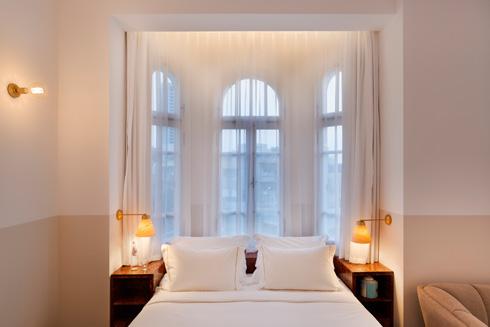 הקירות, החלונות המקושתים והווילונות בהירים (צילום: אסף פינצ'וק)