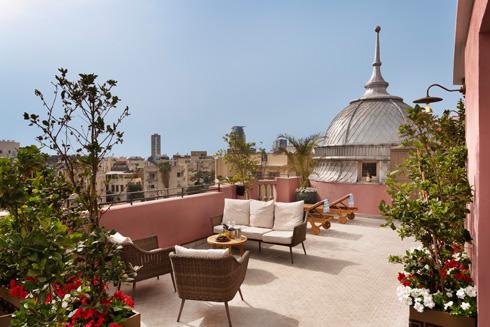 פינות ישיבה ומיטות שיזוף מעל גגות העיר (צילום: אסף פינצ'וק)