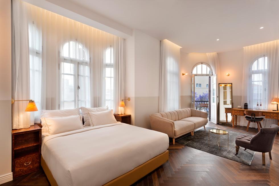 בחדרים פרקט אלון כהה, רהיטים בסגנון אר-דקו, שאפיינו את שנות ה-20 של המאה הקודמת, ומנורות פליז (צילום: אסף פינצ'וק)