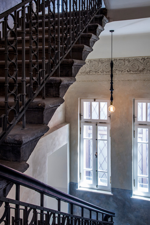 חדר המדרגות הושב למצבו המקורי, ציורי הקיר נחשפו מחדש (צילום: יואב גורין)