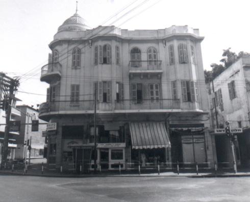 המבנה ההיסטורי. קומת חנויות, כמו לאורך כל הרחוב, ומעליה שתי קומות חדרים (צילום: באדיבות הארכיון העירוני תל אביב – יפו, מאוסף הצלם וילי פולנדר)