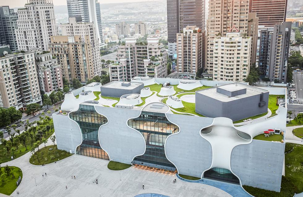 על הגג גן מטופח, ובמבנה בן שש הקומות אין עמודים וקורות. תכנונו ובנייתו נמשכו 11 שנים ועלו 135 מיליון דולר  (צילום: National Taichung Theater)
