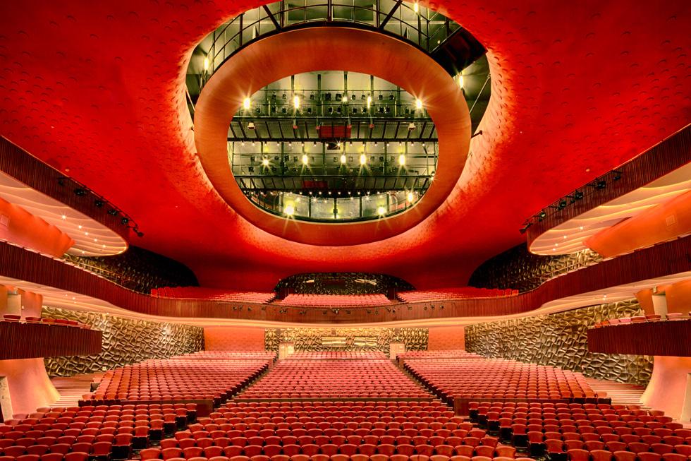 לב התיאטרון הוא אולם אדום עם כ-2,000 מקומות ישיבה. מלבדו יש עוד שני אולמות קטנים יותר, חדרי חזרות, חנות ומסעדות שונות (צילום: National Taichung Theater)