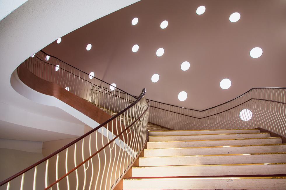 הפתחים העגולים במעטפת מחדירים אליו אור טבעי. בערב הם מוארים באור צהבהב שיוצר אפקט מיוחד מבחוץ ומבפנים (צילום: National Taichung Theater)