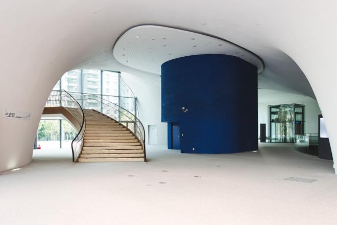 קומת הכניסה. חללים מעוגלים, קעורים וקמורים, מנהרות וצינורות (צילום: National Taichung Theater)