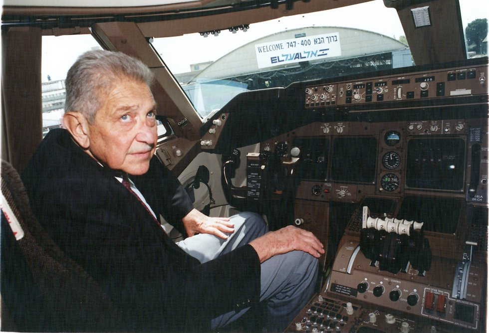 הנשיא עזר ויצמן בביקור בתא הטייס, 1994 (צילום: שאול גולן)